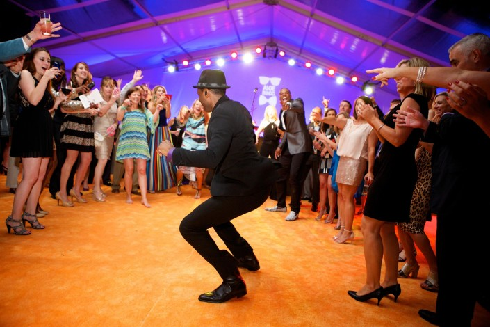 Aloe Blacc gives an interactive performance with guests at this private event.